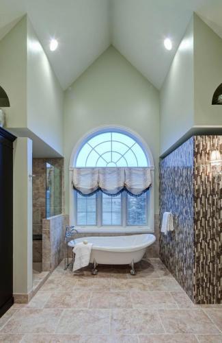Tastefully Transitional Master Bath